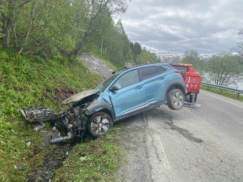 KJØRTE UTFOR: Slik ble bilen stående etter utforkjøringen ved Sjøtun på Kvaløya.