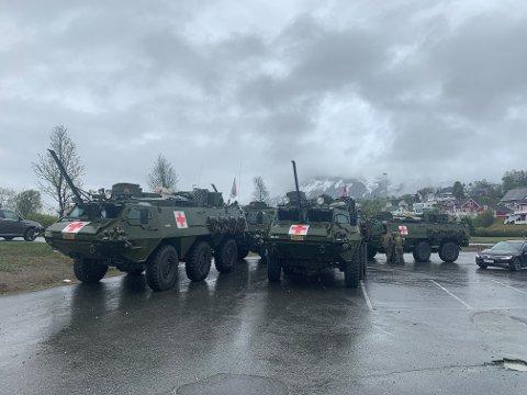 TRENTE: Sanitetsbataljonen i Brigade Nord tok en stopp med sine pansrede personellkjøretøyer av typen SISU utenfor Extra i Tromsdalen tirsdag ettermiddag. Foto: Thor Harald Henriksen