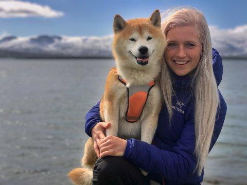 TURDUO: Mia Jørgensen og hunden Mio, har på en snartur i Telegrafbukta. De to har vært på til sammen over 800 fjellturer i løpet av de siste åtte årene. Hemmeligheten bak et aktivt fjelliv med en firbeint venn, er tålmodig og lang opptreningstid.