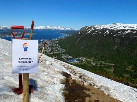 TA ET TK: Tromsø kommune har satt ut spader til folket, slik at alle kan hjelpe til med å få Sherpatrappa snøfri.