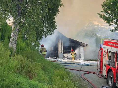 SLOKKER: Brannvesenet jobber på stedet ved 17-tiden tirsdag ettermiddag.