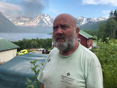 SER PÅ RESTENE: Arild Karlsen måtte se at garasjen gikk opp i flammer tirsdag kveld.