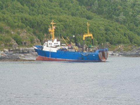 Her ligger den russiske tråleren i fjæra på vestsida av Arnøya.