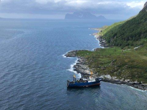HAVARI: Den russiske tråleren «Kokshaysk» lå torsdag ettermiddag ved land på Arnøya. Foto: Helitrans