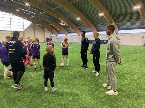 STJERNEBESØK: Motivasjonen var på topp for Kvaløyas 12-årslag etter besøket av de ferske England-proffene.