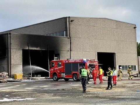 BRANT FORTSATT: Ved 20-tiden mandag kveld var brannmannskapet fortsatt i gang med slukningsarbeid. Foto: Lars Richard Olsen/iHarstad