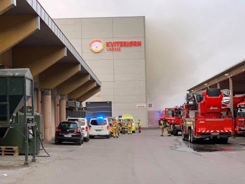 MYE RØYK: Da Nordlys ankom Kvitebjørn Varme tirsdag kveld, veltet det røyk ut fra baksiden av bygget.