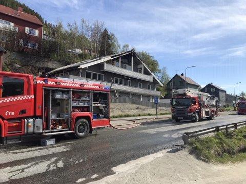 STORE SKADER: Nødetatene rykket tidlig lørdag morgen ut etter melding om brann til en flermannsbolig i Samagata.