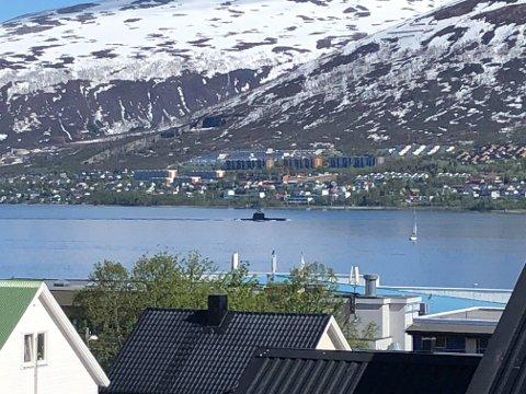 PÅ BYTUR: KNM Uredd på vei sørover i Tromsøysundet tidlig lørdag ettermiddag.