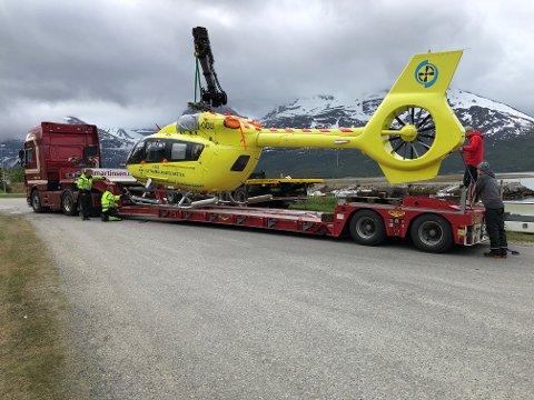 SPESIALTRANSPORT: Helikopteret må fraktes landeveien, etter at det fikk jernstenger inn i skroget 1. juni i år.