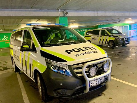 Her er politiet på plass på Jekta storsenteret. Foto: Stian Saur