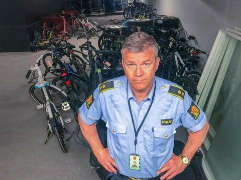 RÅD MOT SYKKELTYVER: Har du en dyr elsykkel bør du vurdere å bruke flere låser, samtidig som du tar med deg batteriet etter å ha parkert sykkelen. Det anbefaler Ståle Luther, fungerende leder for Felles enhet for etterretning, forebygging og etterforskning i Troms politidistrikt.