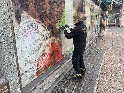 NØDREPERASJON: Trygg Vakt var raskt på plass og nødreparerte vindusrutene på Joker i Storgata.