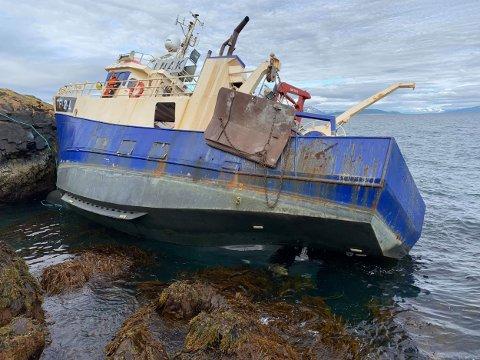 SLAGSIDE: Her er en av mannskapet fra kystvaktskipet KV Jarl om bord i den havarerte Reketråleren. FOTO: Kystvakten