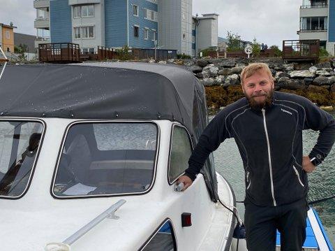 MISFORSTÅELSE: Hans Henriksen fikk plutselig uventet besøk ved båten sin. Foto: Marius Medby