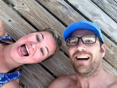 HURRA!: Vera Arntsen og Knut Folkestad er fremdeles i sjokk etter å ha vunnet en premie som kommer til å snu hagen deres opp ned. Foto: Privat