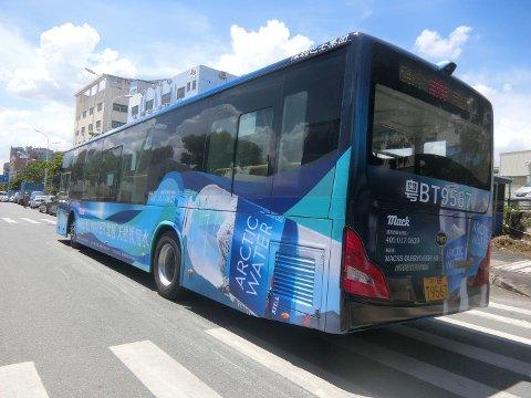 MILLIONBY: I den kinesiske storbyen Shenzhen, med over ti millioner innbyggere, er flere busser heldekket med reklame for Arctic Water fra Mack. Produktet blir i tida framover eksponert for 200-300 millioner dagligvarekunder i Kina.