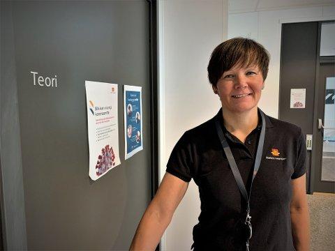 ØKER KAPASITETEN: Lill-Tove Amundsen, seksjonsleder for brukertjenester i Statens vegvesen, utvider nå kapasiteten ved trafikkstasjonene for å redusere teoriprøve-køen.