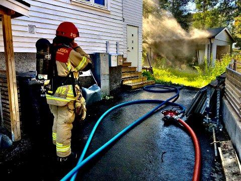 BILBRANN: Brannvesenet på brannstedet mandag ettermiddag.