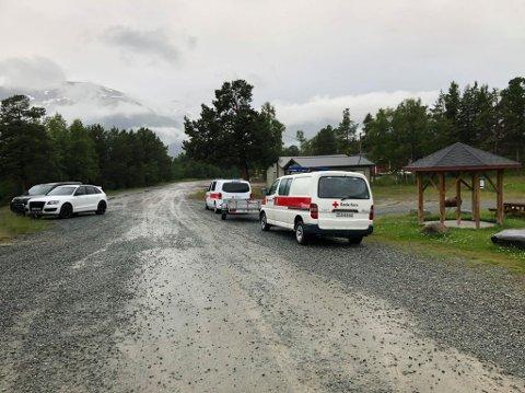 FANT MANNEN: Biler tilhørende Røde Kors ved leteaksjonens kommandoplass på Hatteng tirsdag kveld.