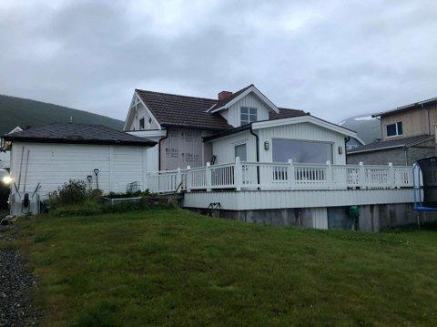 GAMMELT: Huset i Toras veg 143 er 170 år gammelt, men er bygget på og utbedret de senere årene. I veggen uten kledning fant Solstad og Nilsen råte.