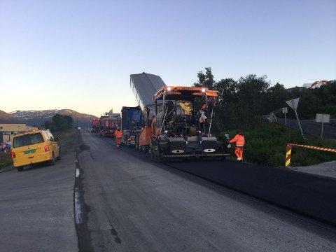 NYTT DEKKE: Onsdag kveld startet arbeidet med å legge ny asfalt på Ringvegen.