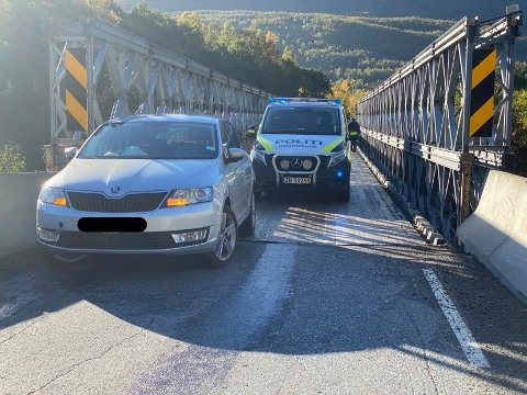 ULYKKE: Her står den ene involverte bilen på broa.