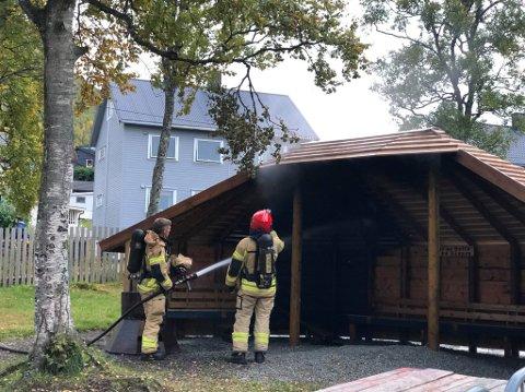 Her jobber brannvesenet med å slukke brannen i grillhytta i barnehagen. Foto: Silje Solstad