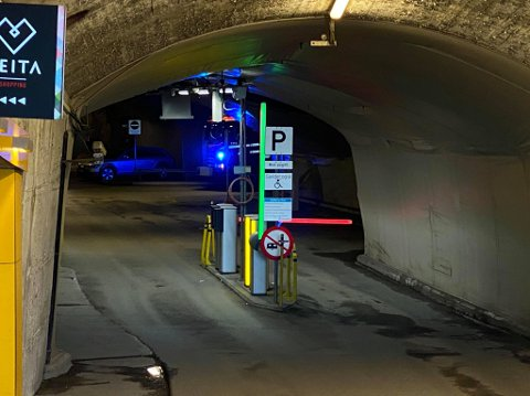 STENGT: Tunnelen var fortsatt avstengt klokka 16.0, onsdag ettermiddag.