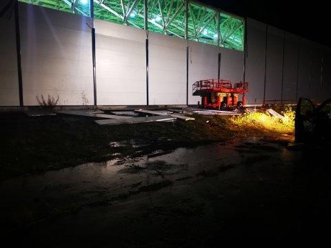 ØDELAGT: Slik så det ut på Bardufoss storhall mandag kveld. Du kan se at det mangler plater på veggen.