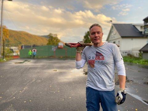 BASKETBALL: Henrik Romsaas i FAU gleder seg til å få ferdigstilt basketballbanen på Bjerkaker skole.