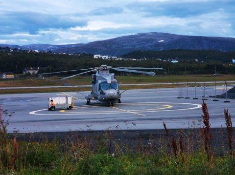 PARKERT: Merlin MK2-helikopteret fra 814-skvadronen til Royal Navy har stått i Tromsø med tekniske problemer siden lørdag. Foto: Rune Brustad-Hanssen