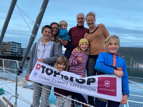 I SAMME BÅT: Familien lever på den 49 fots lange seilbåten året rundt. fra Venstre: Andri (13), læreren  Melanie Abegg, Vital (3), Dario og Sabine. Foran fra venstre: Mia (4), Alegra (9) og Noé (11).