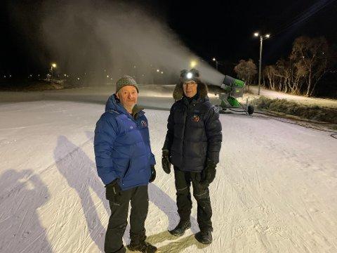 Bjørn Arne Sørensen og Svein Robertsen foran snøkanonen som går for fullt på Storelva.