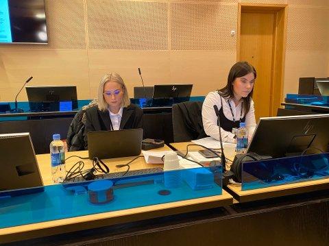 MØTTE IKKE: Fornærmede som skulle vitne tirsdag møtte ikke i retten.  Aktor Malene Kjemsaas (til høyre) sier at de leter etter mannen. Her sammen med førstekonsulent Marthe Lyshaug.
