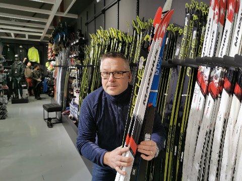 SKI: Tromsø ski og sykkel selger bra med ski til tross for mangelen på snø i Tromsø. På bildet: Totto Eriksen.