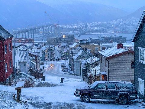 SNØ: Snøen gir seg ikke med det første i Tromsø.