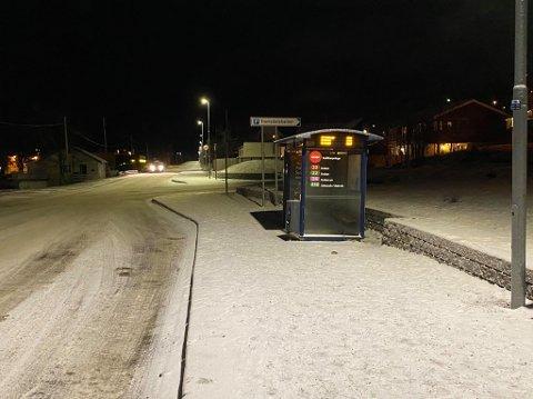 VOLDSHENDELSE: Her skjedde hendelsen, på busstoppet ved Troms kraft i Tromsdalen.