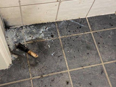 FYRVERKERI: Slik så det ut på et av toalettene på Pyramiden etter at noen fyrte av fyrverkeri der inne.