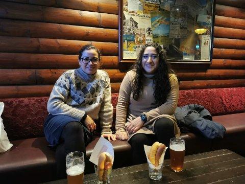 MISFORNØYD: Daniela Morales-Sanchez og Ana Lillia Tovar Aguirre hadde ikke tent spise maten de måtte kjøpe.