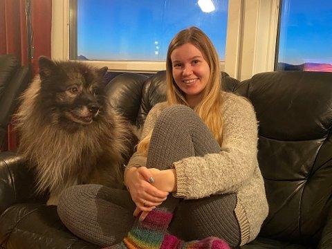 HJEMMEKINO: I år har Ingvild Kirkvik sett filmfestivalen fra eget hjem. Her med hunden Raito.