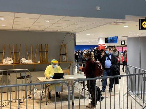 KØ: En del av de som kom fra Oslo valgte å teste seg på flyplassen mandag kveld.