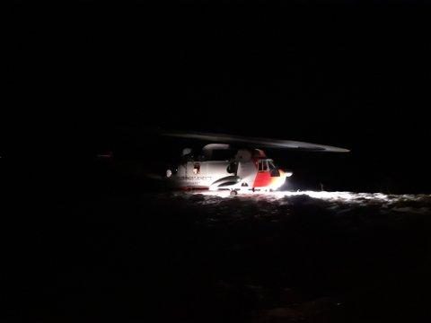 LETEKASJON: Et Sea King redningshelikopter rykket sammen med Røde Kors og Svolvær Alpine Redningsgruppe til Slydalen i aksjonen i fjellene rundt. Foto: Rune Andreassen/Lofotposten.