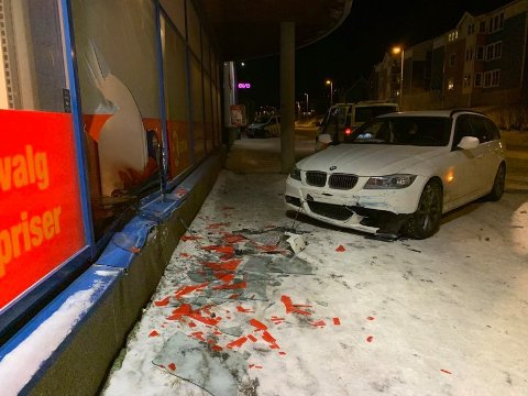 AV VEIEN: Bilen har kjørt av veien, og truffet et vindu på Coop Extra i Breivika..