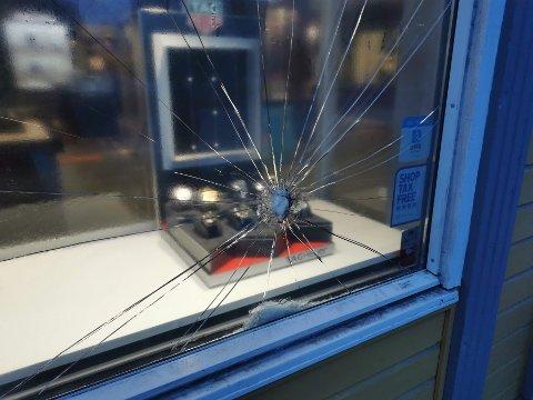 INBRUDD: Tyven skal ha forsøkt å knuse vinduet med en hammer.