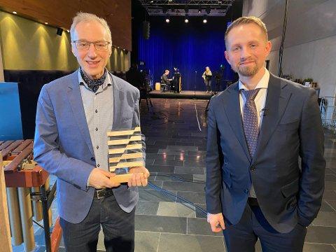 Ola Graff fikk Nordlysprisen. Her sammen med sjefredaktør Helge Nitteberg i Nordlys. Foto: Nordlysfestivalen