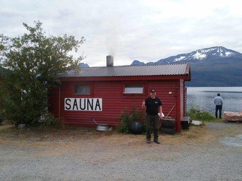 SAUNA: Bjørn Seppola foran den populære badstua på campingplassen. Foto: Privat