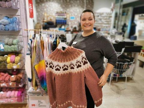 TRENDER: Strikketrender kommer og går, denne Villmarksgenseren har vært det mest populære strikke konseptet i det siste. På bildet: Linn Dischington.
