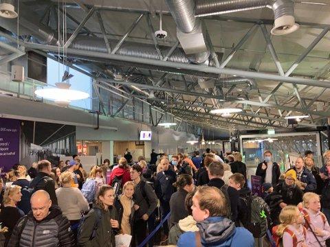 Det er liten tvil om at folk har begynt å reise mer igjen.. Køene på flyplassen var lange søndag ettermiddag.