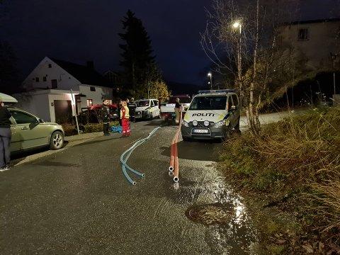 Her er politiet på plass etter melding om røykutvikling. Foto: Robin Andersen